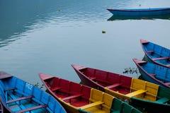 Przyjemności łodzie przy Fewa jeziorem w Pokhara Nepal Fotografia Royalty Free