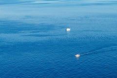 Przyjemności łodzie są na dennym widoku od wierzchołka pojęcie rozrywka fotografia royalty free