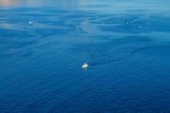 Przyjemności łodzie są na dennym widoku od wierzchołka pojęcie rozrywka zdjęcie royalty free