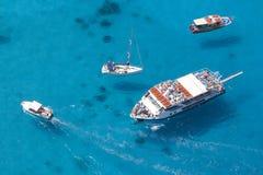 Przyjemności łodzie w błękitnym morzu Obraz Stock
