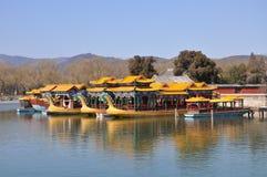 Przyjemności łodzie z smokiem przewodzą w lato pałac Zdjęcie Stock