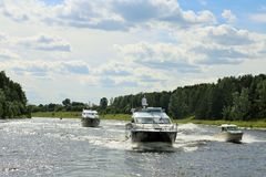 Przyjemności few luksusowe łodzie wolno pływa statkiem rzekę przeciw niebieskiemu niebu słoneczny dzień fotografia royalty free