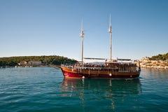 Przyjemności rzemiosła łódź w Adriatyckim morzu Chorwacja na wycieczkowej wycieczce turysycznej, Zdjęcie Stock