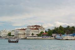 Przyjemności wycieczki turysycznej łódź z turystów żaglami w artylerii zatoce na chmurnym dniu Obraz Stock