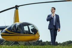 Przyjemny agent specjalny pozuje blisko helikopteru Obraz Royalty Free