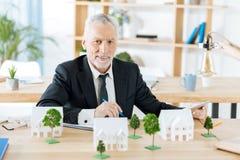 Przyjemny agenta nieruchomości czekanie dla jego kolegów podczas gdy siedzący samotnie Obrazy Stock