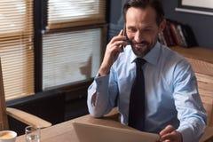 Przyjemny ciężki pracujący kierownik ma rozmowę telefoniczną Obraz Royalty Free
