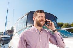 Przyjemny mężczyzna mienia telefon komórkowy Obrazy Stock