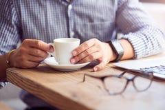 Przyjemny mężczyzna pije kawę obrazy stock