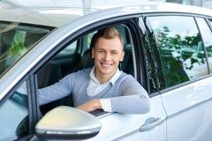 Przyjemny mężczyzna wybiera samochód w auto przedstawieniu Zdjęcia Royalty Free