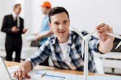 Przyjemny młody architekt dotyka silnika wiatrowego żagiel Obrazy Stock