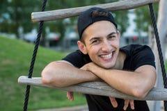 Przyjemny młody człowiek z szczęśliwym uśmiechem fotografia stock