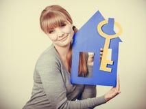 Przyjemny pośrednik w handlu nieruchomościami z domu ang kluczem Obraz Stock