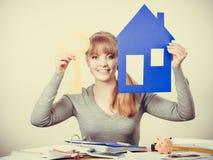 Przyjemny pośrednik w handlu nieruchomościami z domu ang kluczem Zdjęcie Stock