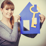 Przyjemny pośrednik w handlu nieruchomościami z domu ang kluczem Zdjęcia Stock