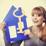 Przyjemny pośrednik w handlu nieruchomościami z domu ang kluczem Zdjęcie Royalty Free