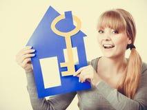 Przyjemny pośrednik w handlu nieruchomościami z domu ang kluczem Fotografia Royalty Free