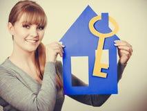 Przyjemny pośrednik w handlu nieruchomościami z domu ang kluczem Obrazy Stock