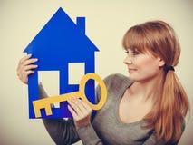 Przyjemny pośrednik w handlu nieruchomościami z domu ang kluczem Fotografia Stock