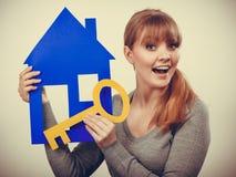 Przyjemny pośrednik w handlu nieruchomościami z domu ang kluczem Obraz Royalty Free