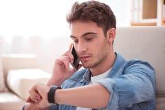 Przyjemny przystojny mężczyzna opowiada na telefonie komórkowym obraz stock