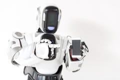 Przyjemny robot stoi z smartphone Zdjęcia Royalty Free