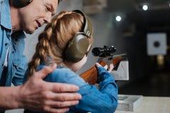 Przyjemny rozochocony mężczyzna pomaga jego córki zdjęcie stock