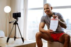 Przyjemny sportowiec robi wideo blogowi o ćwiczeniach zdjęcia stock