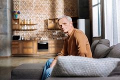 Przyjemny starsza osoba mężczyzna odpoczywa w domu Zdjęcie Royalty Free