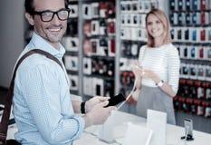 Przyjemny uśmiech życzliwy mężczyzna w sklepie obraz stock