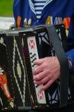 Przyjemny weteran bawić się akordeon na 69 th rocznicie Obraz Stock