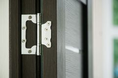 Przykład instalować drzwiowego zawias w żywym pokoju fotografia royalty free