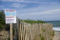 Przykop równiny wyrzucać na brzeg Montauk Long Island Nowy Jork w Hamptons z rozprucie prądu ostrzegawczymi sig fotografia royalty free