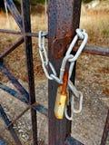 Przykuwająca Rdzewiejąca metal brama Fotografia Royalty Free