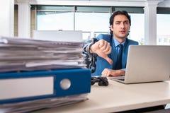 Przykuwający męski pracownik nieszczęśliwy z przesadną pracą zdjęcie royalty free
