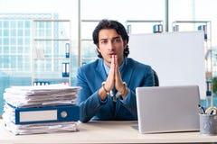 Przykuwający męski pracownik nieszczęśliwy z przesadną pracą obraz royalty free
