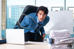 Przykuwający męski pracownik nieszczęśliwy z przesadną pracą obraz stock