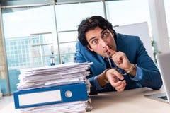 Przykuwający męski pracownik nieszczęśliwy z przesadną pracą zdjęcia royalty free