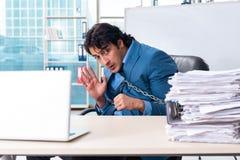Przykuwający męski pracownik nieszczęśliwy z przesadną pracą fotografia stock