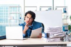 Przykuwający męski pracownik nieszczęśliwy z przesadną pracą zdjęcia stock