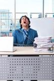 Przykuwający męski pracownik nieszczęśliwy z przesadną pracą obrazy stock