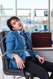 Przykuwający męski pracownik nieszczęśliwy z przesadną pracą fotografia royalty free