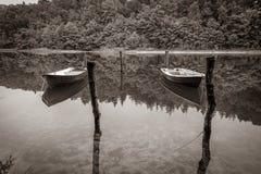 przykuwający rowboats pływa na jeziorze obrazy stock