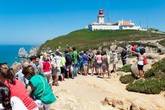 PRZYLĄDEK CABO DA ROCA PORTUGALIA, LIPIEC, - 30: Ludzie oglądają przy ponownym Zdjęcia Stock