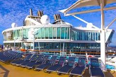 Przylądek Canaveral, usa - Maj 04, 2018: Górny pokład z dziecka ` s pływackimi basenami przy rejsu liniowem lub statek oazą Fotografia Royalty Free