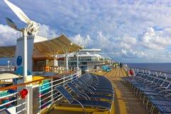 Przylądek Canaveral, usa - Maj 04, 2018: Górny pokład z dziecka ` s pływackimi basenami przy rejsu liniowem lub statek oazą Zdjęcia Royalty Free