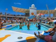 Przylądek Canaveral, usa - Maj 03, 2018: ludzie bawić się przy basenem przy górnym pokładem w mini siatkówce przy rejsem przy rej Zdjęcie Royalty Free
