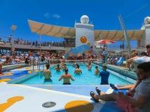 Przylądek Canaveral, usa - Maj 03, 2018: ludzie bawić się przy basenem przy górnym pokładem w mini siatkówce przy rejsem przy rej Fotografia Royalty Free