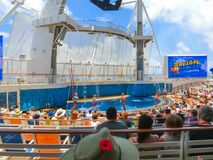 Przylądek Canaveral, usa - Maj 03, 2018: Ludzie siedzi przy przedstawieniem przy Aqua teatru amfiteatrem przy rejsu liniowa oazą Obrazy Stock