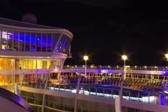 Przylądek Canaveral, usa - Maj 02, 2018: Otwarty pokład w nighttime Gigantyczna statek wycieczkowy oaza morza Królewskim Karaiby Obrazy Royalty Free